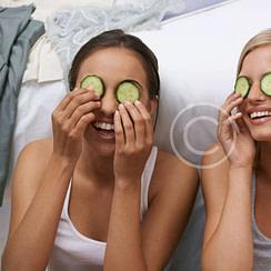 Revitalizando tus ojos con pepinos